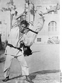 200px-Bundesarchiv_Bild_102-13011,_Japan,_Jiu-Jitsu-Kämpfer
